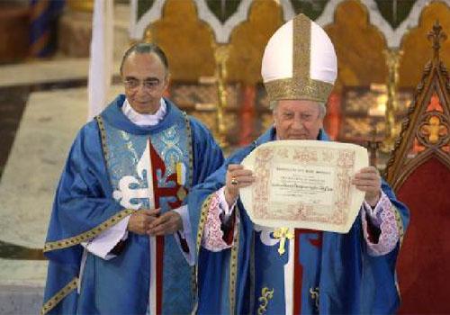 O Cardeal D. Franc Rodé, C.M apresenta o certificado