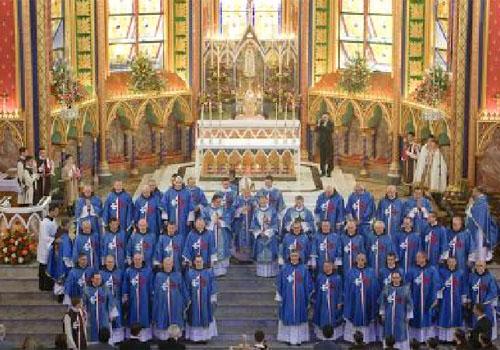 Cardeal Dom Franc Rodé, com os sacerdotes e diáconos