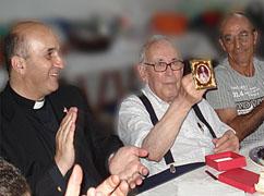 P. Cunha recebe o quadro do Sagrado Coração de Jesus