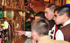 Apreciando detalhes do Sacrário da Igreja