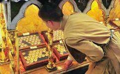 Venerando as relíquias que estão sob o altar-mor
