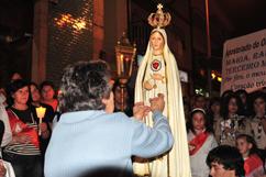 Colocando o terço na Imagem do Imaculado Coração de Maria