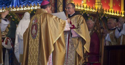 D. Sérgio Colombo entrega o Breve Apostólico a Mons. João Clá