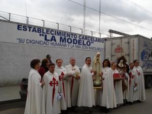 D. Alfonso es el cuarto desde la izquierda a la derecha, en una vista que hizo la sagrada Imagen a la cárcel modelo de Bogotá.