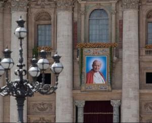 Tapiz con la imagen del nuevo beato, en la Plaza  de San Pedro - Foto: Gustavo Kralj