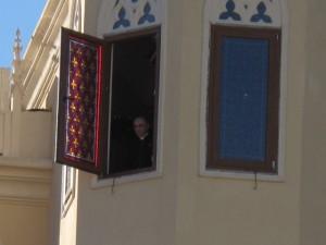 O Mons. João, Superior Geral dos Arautos do Evangelho, abençoa os alunos antes do inico das aulas.