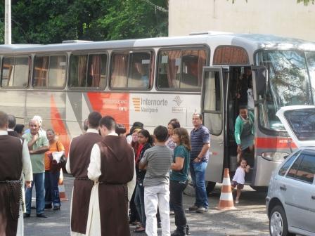 paroquianos-chegando-a-igreja