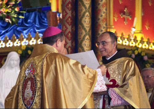 Dom sergio entrega o breve a Monsenhor João Clá Dias