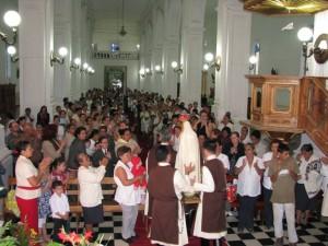 En la Catedral de Jinotega, junto a la Virgen