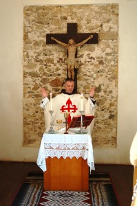 Padre Santiago Canals celebrando a Missa sobre a relíquia de Beato Anchieta
