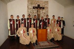 Arautos do Evangelho junto às relíquias de Beato José de Anchieta, em Anchieta ES