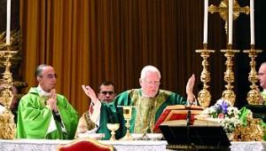 O Cardeal Law celebrando no Altar Papal e fazendo sua brilhante homilia