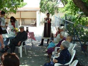 Homenaje a ancianos en asilo La Ermita