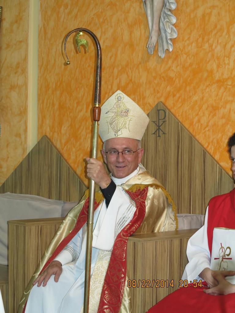 Procissão com Dom Rafael Biernaski na Paróquia Cristo Ressuscitado
