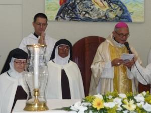 Mons. Plinio Rosario, Diac. Juan Pablo Merizalde EP y dos monjas del Carmelo