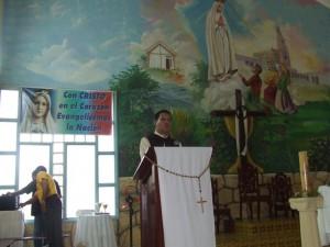 El Diac. Juan Pablo Merizalde EP hace una pequeña meditación para los feligreses.
