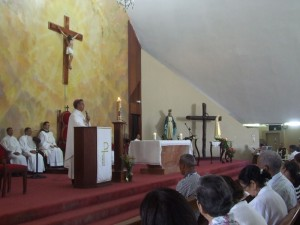Mons. Diomedes Espinal, Obispo de Mao-Monte Cristi durante la homilia en la Catedral de Mao.