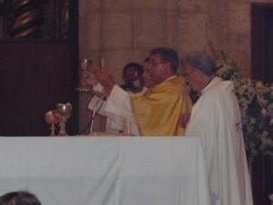 Mons. Diomedes Espinal en el momento de la Consagración del Pan