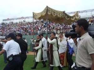 Los Heraldos entrando con el Santísimo Sacramento y el Cardenal Lopez Rodriguez en el Estadio Quisqueya.