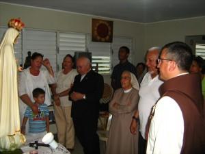 En una de las casas de La Vega, junto a Mons. Antonio Camilo, Obispo de la ciudad.