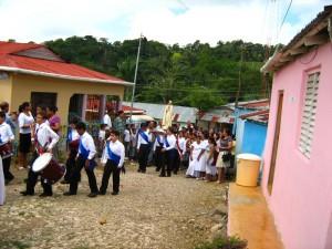 La Imagén de Ntra. Sra. de Fátima llega a uno de los poblados de Salcedo.
