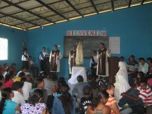El Diácono Juan Pablo Merizalde EP, Director de los Heraldos en Rep. Dom., hace una breve explicación sobre la devoción a la Santísima Virgen.