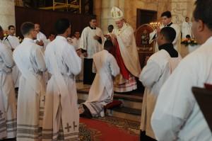 El Cardenal Nicolas de Jesús Lopez Rodrigues, en el momento de la imposición de las manos.