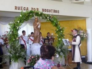 La Banda Nacional de los Heraldos toca algunas música en honra a todas las madres presentes.