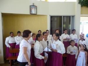 El coro femenino de los Heraldos del Evangelio entona algunas música durante la Misa.