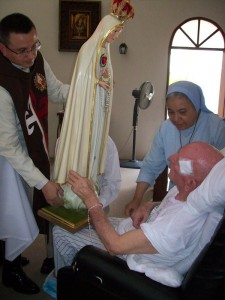 El Padre Joaquin Soler a los pies de Ntra. Sra. de Fátima