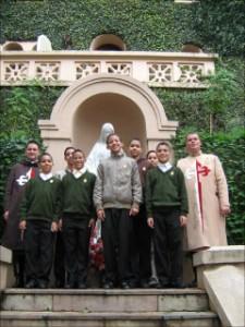 Los aspirantes Heraldos en la entrada de la Casa Madre.