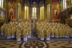 Los nuevos sacerdotes y diáconos al final de la ceremonia.