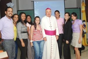 El Nuncio con algunos estudiantes de la PUCMM