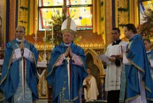 De izquiera a derecha: Mons. João S. Clá Dias EP, Fundador y Presidente de los Heraldos del Evangelio, el Cardenal Franc Rodé, Prefecto de la Congregación para los Institutos de Vida Consagrada y Sociedades de Vida Apostólica, y el Mons. Blazch, Secretario personal del Cardenal Rode.