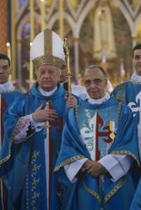 """El Cardenal Rode y el Mons. João portando la medalla """"Pro Ecclesia et Pontifice"""""""