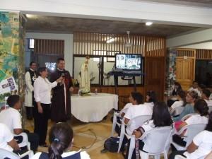 El Diác. Juan Pablo Merizalde explicando algunos aspectos del video sobre los Heraldos del Evangelio.
