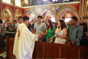 Mons. João Clá Dias EP saludando a los familiares de Doña Jenis