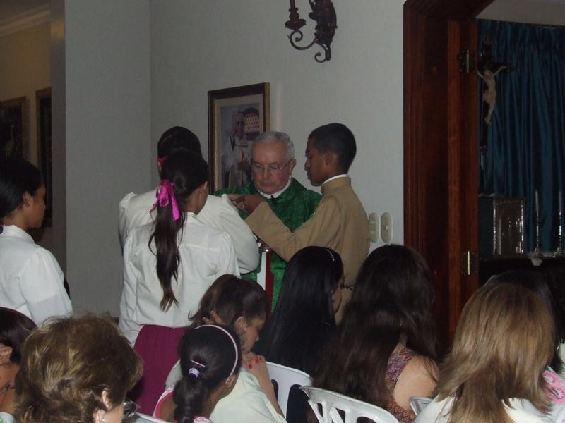El P. Carlos Tejedor EP distibuye la Sagrada Comunión a los presentes en la Misa
