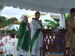 El Pe. Carlos Tejedor EP, y el Diác. Juan Pablo Merizalde EP en el momento en que suben al altar.