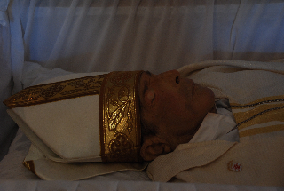 El cuerpo de Mons. Roque Adames en el cajon.