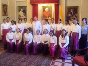 Jovenes del sector femenino con el Nuncio Apostólico