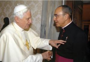 Su Santidad el Papa Benedicto XVI pone el dedo en la Cruz de Santiago que esta en la sotana del Mons. João S. Clá Dias EP, Fundador de los Heraldos del Evangelio