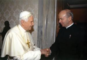 El P. Jose Francisco Hernandez Medina EP, Procurador General de los Heraldos del Evangelio saluda al Papa Benedicto XVI