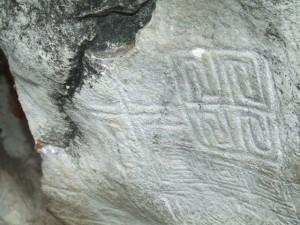 En las afueras de esta caverna se puede apreciar unos grabados en piedra.