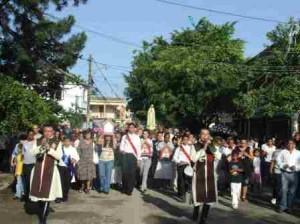 Antes de la Eucaristía, los fieles participaron de una procesión con la imagen de Nuestra Señora