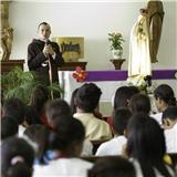 Diacono Eduardo habla con los Estudiantes