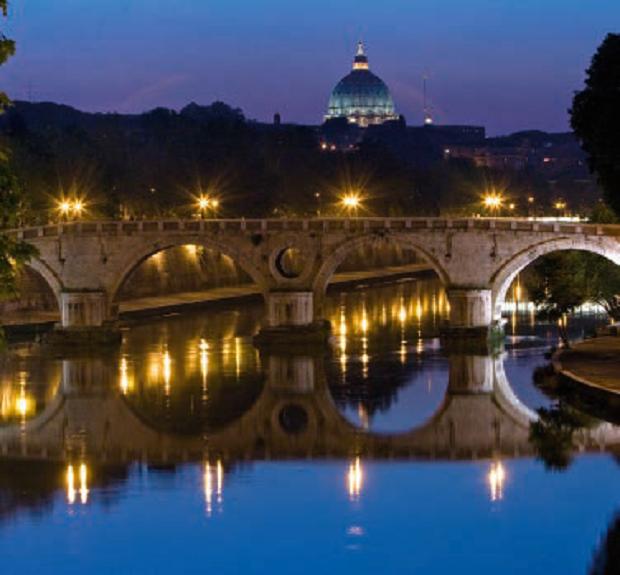 Il ponte Sisto riflesso sul fiume Tevere – Roma