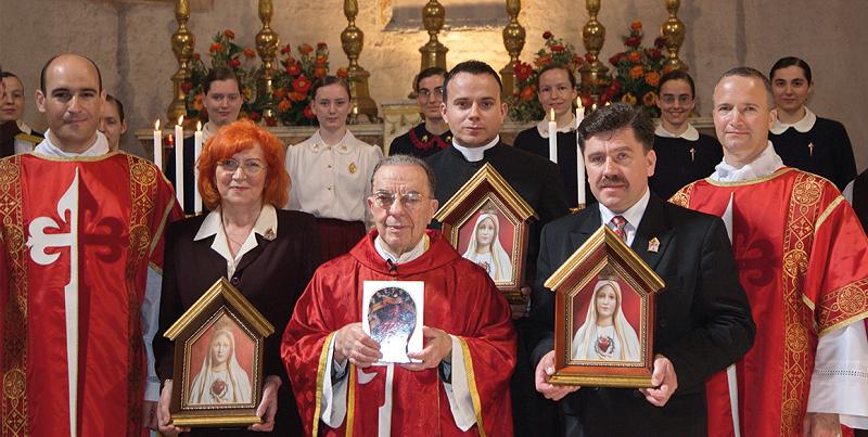 Mons. Angelo di Pasquale fa la consegna nella Chiesa di San Benedetto in Piscinula, a Roma, delle prime tre icone che sono circolano in Polonia