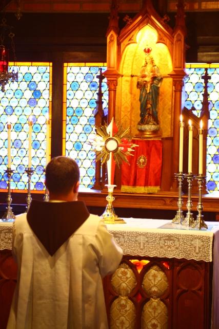 Diariamente diante de Jesus Sacramentado.