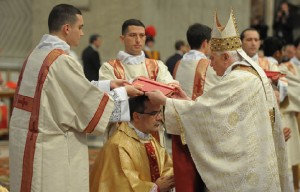 Diácono Arauto junto ao Papa